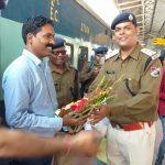 चक्रधरपुर मंडल के नये सीनियर कमांडेंट देवराज मोर्या का स्वागत करते अधिकारी