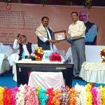 टाटानगर स्टेशन पर सांसद का स्वागत करते डीआरएम छत्रसाल सिंह